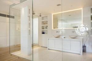 Vách kính cường lực sử dụng trong nhà tắm