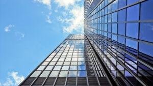 vach kinh cuong luc mat dung 300x169 - Tác động vách kính cường lực mặt dựng đến tòa nhà trong mùa nắng nóng