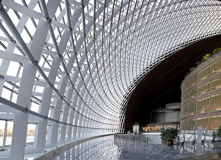 ben trong nha hat lon quoc gia - Những công trình lắp đặt vách kính mặt dựng khung nhôm trên thế giới