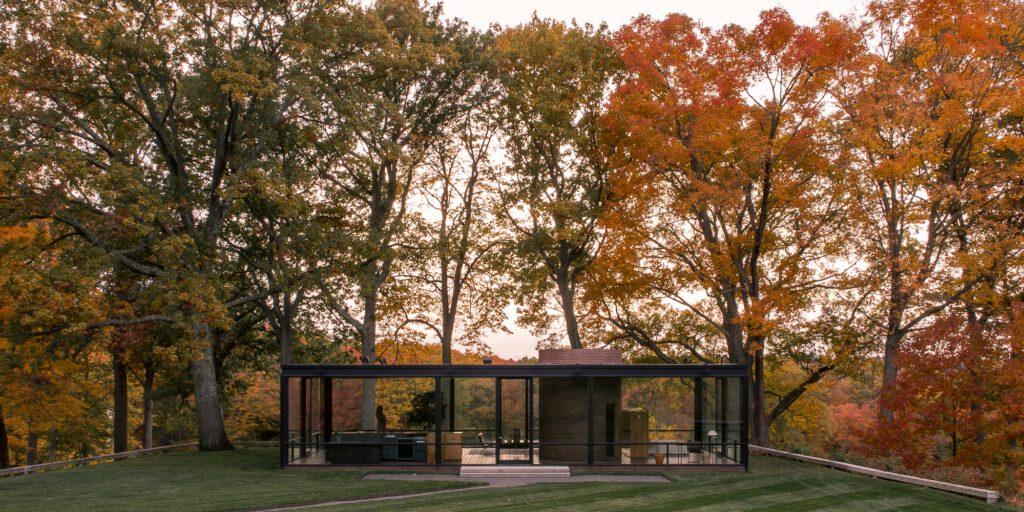 philip johnson glass house autumn 1024x512 - Những công trình lắp đặt vách kính mặt dựng khung nhôm trên thế giới