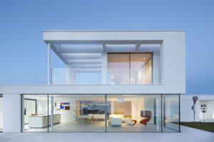 cua kinh cuong luc 300x200 - Kính cường lực trong kiến trúc: Không chỉ là chất liệu mà còn là biểu tượng!